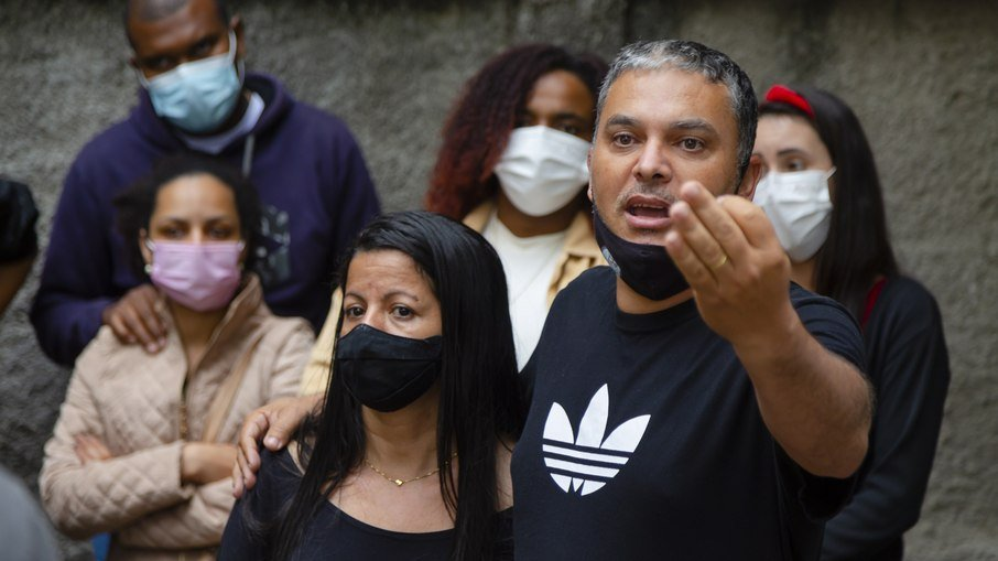Os pais de Vinícius, em manifestação organizada na porta da Penitenciária de Benfica, no Rio